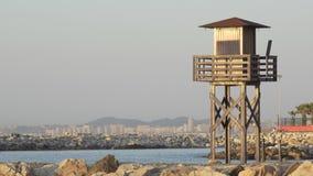 Silhouette d'une tour de maître nageur sur la plage banque de vidéos