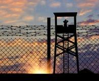 Silhouette d'une tour et des frontières de surveillance Photographie stock
