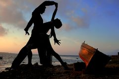 Silhouette dancers beside sea Royalty Free Stock Photos