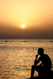Silhouette dans le coucher du soleil photographie stock