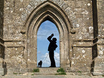 Silhouette dans le massif de roche de Glastonbury Photos libres de droits