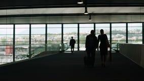 Silhouette de bagage de transport de couples dans le hall d'aéroport, tourisme, voyage d'affaires banque de vidéos