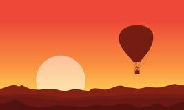 Silhouette de ballon à air au coucher du soleil Photo libre de droits