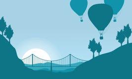 Silhouette de ballon à air avec le paysage de pont Photo stock