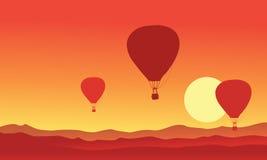 Silhouette de ballon à air chaud sur le coucher du soleil Photo stock