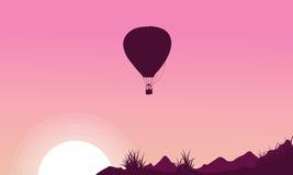 Silhouette de ballon à air chaud sur les milieux roses Photographie stock