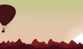 Silhouette de ballon à air sur le ciel de coucher du soleil Photo stock