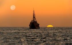 Silhouette de bateau de coucher du soleil d'océan Photos libres de droits
