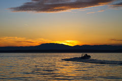 Silhouette de bateau dans le coucher du soleil Photographie stock libre de droits