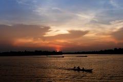 Silhouette de bateau de longue queue Image libre de droits