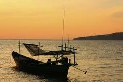 Silhouette de bateau de pêche traditionnel au lever de soleil, isla de Koh Rong Photos libres de droits