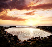 Silhouette de bateau de pêcheur sur la plage Photos libres de droits