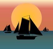 Silhouette de bateau en mer Photo stock