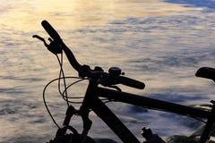 Silhouette de bicyclette devant la plage Photographie stock