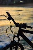 Silhouette de bicyclette devant la plage Images libres de droits