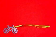 Silhouette de bicyclette sur un fond rouge Image stock