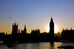 Silhouette sur le coucher du soleil Images stock