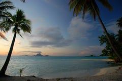 Silhouette de Bora Bora sur un coucher du soleil polynésien Tahaa, Polynésie française Images stock