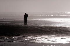 Silhouette de côte ouest de fille et de type de l'océan pacifique Images libres de droits