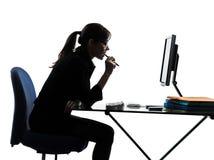 Silhouette de calcul d'ordinateur de femme d'affaires photographie stock libre de droits