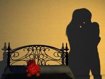 Silhouette de chambre à coucher de couples Photos stock
