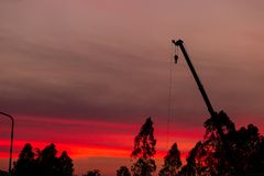 Silhouette de chantier de construction sur le fond de coucher du soleil photo stock