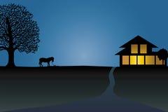 Silhouette de cheval près de la maison Photographie stock libre de droits