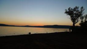 Silhouette de chute par le lac Photographie stock