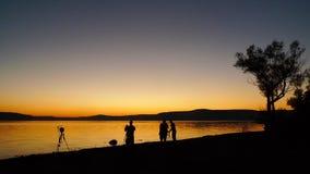 Silhouette de chute par le lac Image libre de droits