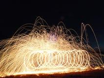 Silhouette de chute par le lac avec la peinture de lumière du feu Photographie stock libre de droits