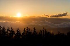 Silhouette de coucher du soleil avec le nuage Photo libre de droits