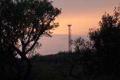 Silhouette de coucher du soleil de courrier dans grand-angulaire Image stock