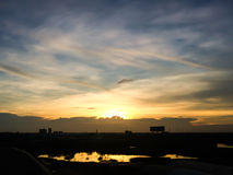 Silhouette de coucher du soleil de ville natale en Thaïlande downtown Photos stock
