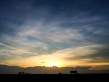 Silhouette de coucher du soleil de ville natale en Thaïlande downtown Photographie stock