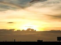 Silhouette de coucher du soleil de ville natale en Thaïlande downtown Image stock