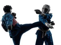 Silhouette de couples de femme d'homme d'arts martiaux de vietvodao de karaté Photos libres de droits