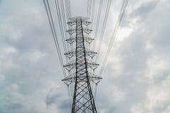 Silhouette de courrier de l'électricité sur le fond de ciel bleu, Image libre de droits