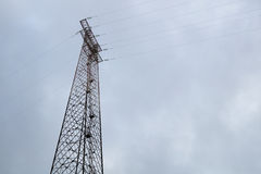 Silhouette de courrier de l'électricité sur le fond de ciel bleu, tir d'angle faible, poteau électrique à haute tension, alimenta Image libre de droits