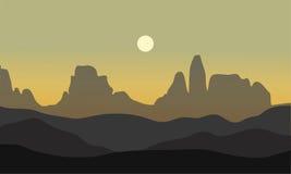 Silhouette de désert avec la lune Photographie stock