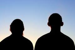 Silhouette de deux amis Images libres de droits