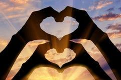 Silhouette de deux coeurs de main Images stock