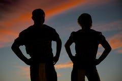 Silhouette de deux joueurs de football étroits Images libres de droits