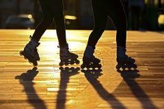 Silhouette de deux paires de jambes sur des patins de rouleau Image libre de droits