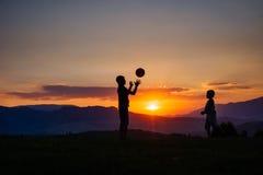 Silhouette de deux personnes dans l'ouest dans les montagnes Photo stock