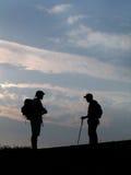 Silhouette de deux randonneurs Photo stock