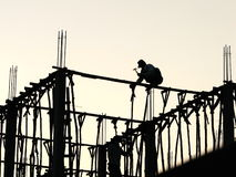 Silhouette de deux travailleurs de la construction laotiens Image stock