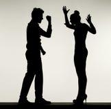 Silhouette de discuter des couples Image stock