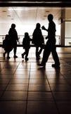 Silhouette de famille dans la gare Images stock