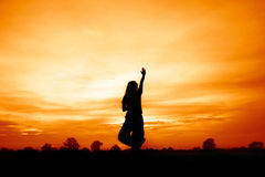 Silhouette de femme au coucher du soleil, yoga de jeu de femme Photos libres de droits