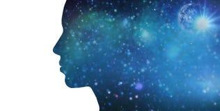 Silhouette de femme au-dessus de fond bleu de l'espace Photos stock